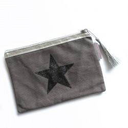 Pochette grise, étoile noire
